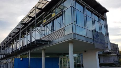 An der Wirtschaftsschule in Senden beginnen am Montag zunächst nur zwei Abschlussklassen mit dem Unterricht. Die Schüler lernen in kleinen Gruppen verteilt im Gebäude.