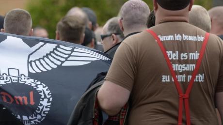 """Derart offen wie auf diesem Foto eines Aufmarschs in Saalfeld (Thüringen) tritt der Rechtsextremismus in der Region selten zu Tage. Dennoch stellt das Ulmer Polizeipräsidium einen deutlichen Anstieg von """"politisch motivierter Kriminalität"""" fest. Und zwar von rechts."""