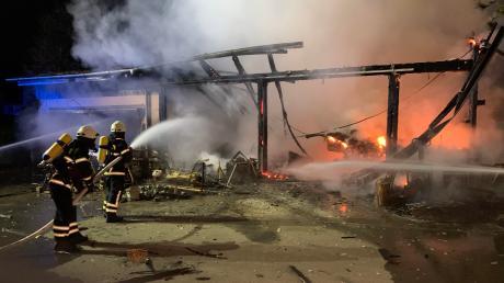 Ein Großbrand ist in der Nacht zum Montag in einem Blausteiner Stadtteil ausgebrochen.