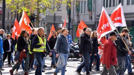 Ein Bild aus anderen Zeiten: Arbeitnehmer mit Fahnen auf dem Demonstrationszug zur Maikundgebung im Ulmer Weinhof am Tag der Arbeit 2019.