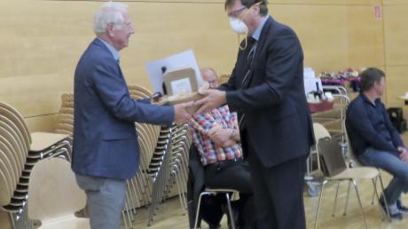Elchingens Bürgermeister Joachim Eisenkolb (rechts) verabschiedete Bernd Schwerdtfeger und acht weitere Räte aus dem Gemeinderat.