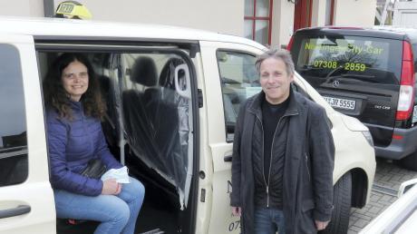 Eine Plastikfolie als zusätzlicher Schutz: Claudia Lederle und Michael Hegele warten auf Kundschaft für ihr Taxiunternehmen.