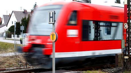Ein Regionalzug bei der Durchfahrt in  Die Station, an der Züge bislang nur sporadisch halten, soll beim Ausbau der Illertalbahn verlegt werden und danach eine wichtigere Rolle spielen.