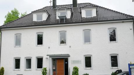 Die Fenster des Rathauses in Thalfingen sind undicht und im Sommer heizt sich das Klima auf. Jetzt soll das Gebäude renoviert werden.