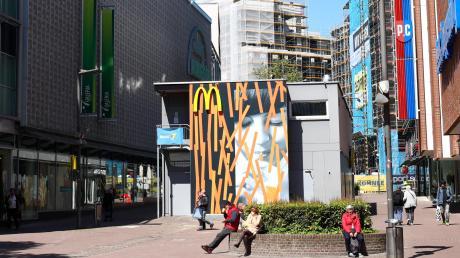 Der McDonald's-Container in der Bahnhofstraße. Im Sommer, wenn die Fast-Food-Filiale umgezogen ist, soll diese Übergangslösung weichen.