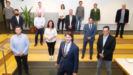 Die neuen Ratsmitglieder (von oben beginnend links nach rechts): Max Suchant (WG Roth/Berg), Christoph Maisch (Grüne), Susanne Schmid (Grüne), Hans-Ulrich Hartmann (SPD), Christoph Oetinger (FWG), Johann Kast (SPD), Robert Walz (CSU), Josef Schweiggart (WG Roth/Berg), Thomas Lützel (CSU), Theresia Meyer (CSU), Manuel Wolf (FWG), Fabian Rupp (CSU), Bürgermeister Sebastian Sparwasser (vorne Mitte) und Martin Strobel (CSU).