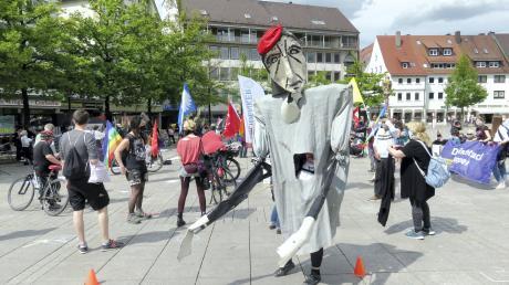 """Als """"Schreibtischtöter"""" zeigten die Teilnehmer auf dem Münsterplatz ihren Protest gegen Krieg und Aufrüstung."""