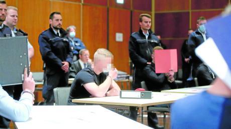 Angeklagt sind fünf Männer wegen versuchten Mordes. Sie sollen im Mai 2019 einen Brandanschlag auf eine Roma-Familie auf einer Wiese in Erbach (Alb-Donau-Kreis) verübt haben.