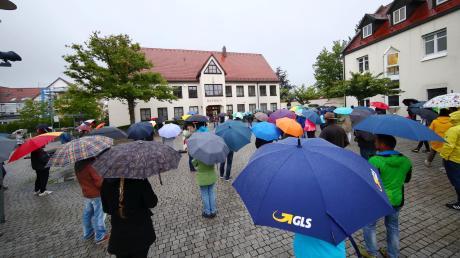 Etwa 150 Menschen sind zur Kundgebung am Mittwochabend in Pfaffenhofen gekommen, davon waren 50 offizielle Teilnehmer. Der Regen schien vielen nichts auszumachen.