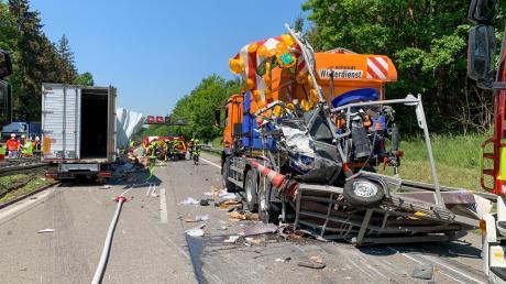 Ein Lastwagen rammt ein Fahrzeug der Auto´bahnmeisterei.