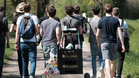 So wie auf diesem Bild geht Vatertag 2020 nicht: Der Bollerwagen darf zwar auch am diesjährigen Vatertag rausgeholt werden - jedoch mit Einschränkungen.