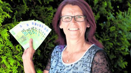 Silvia Wäsnig freut sich über das Geld, das sie am Dienstagnachmittag gewonnen und im Garten ihres Vaters überreicht bekommen hat.