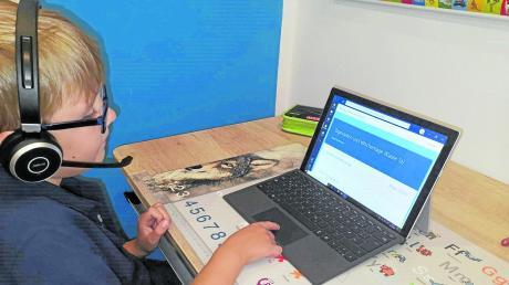 Finn Pöhler aus der Burlafinger Grundschulklasse 1a bei der Arbeit mit Teams. Er bearbeitet gerade ein Quiz zu den Wochentagen