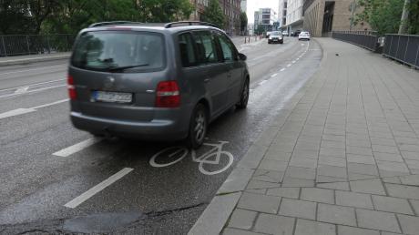 Auf dem Sicherheitsstreifen der Neuen Straße ist für Radfahrer kaum Platz.