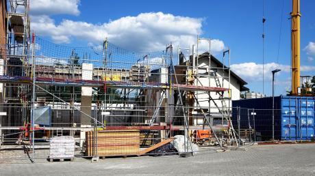 Hier wird der Bau hochgezogen, in dem künftig die Einsatzmittel der Feuerwehr gelagert werden. Rechts davon die Container, die als Zwischenlager genutzt werden.
