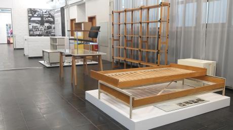 """Quadratisch, praktisch gut: Hans Gugelots Design brachte die Moderne in die Wohnzimmer dieser Welt. Vom Bettgestell für die HfG-Campus-Bewohner bis zum stilprägenden """"Möbel-Montagesystem M-125"""" – der Niederländer fand für alles eine moderne Form."""