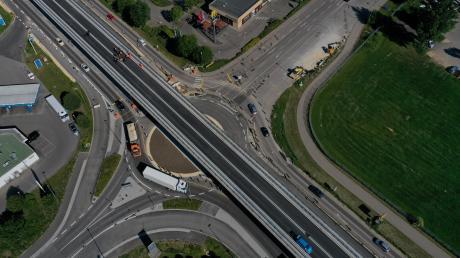 Das Brückenbauwerk ist vollendet: Seit Mittwoch können Verkehrsteilnehmer über die neue Straße bei der Kreuzung Otto-Hahn-/Otto-Renner-Straße fahren. Der Bau der Brücke begann im August 2018. Der vierspurige Ausbau der B10 soll noch bis mindestens 2022 dauern.