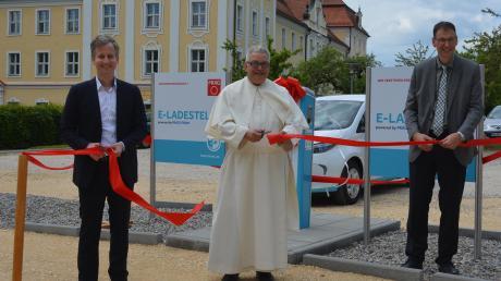 Präg-Geschäftsführer Marc Deisenhofer, Pater Roman Löschinger und Bürgermeister Mathias Stölzle (von links) bei der Einweihung der Ladesäule.