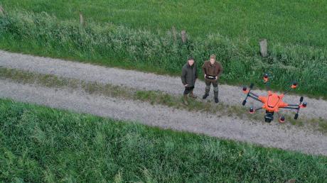 Die beiden Jagdverbandsmitglieder Christian Liebsch (links) und Patrick Kastler rücken fast jeden Morgen aus, um Rehkitze aus Wiesen zu retten. Mithilfe einer Drohne finden sie die kleinen Kitze, bevor der Mähdrescher kommt.
