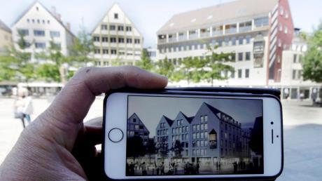 Drei Giebel statt einem quer zum Münsterplatz stehenden Satteldach: So wie auf der Visualisierung auf dem Smartphone soll der Ex-Abt nach der Kernsanierung aussehen. Im Hintergrund das bestehende, derzeit leer stehende Gebäude.