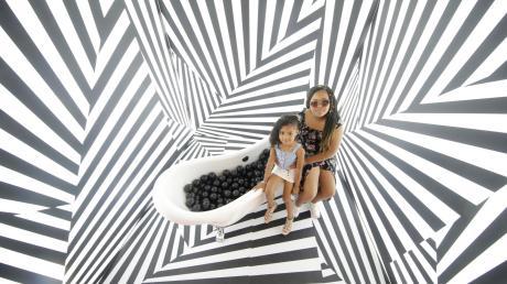 Das Gefühl für Raum und Orientierung geht hier völlig verloren. Made-For-Instagram-Ausstellungen schießen speziell in Asien wie Pilze aus dem Boden. Jetzt gibt es das auch in Neu-Ulm.
