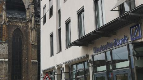 Hier wurde ein Ulmer Rentner von einem rabiaten Corona-Hygienekontrolleur vor die Türe gesetzt: die Filiale der Deutschen Bank in Ulm am Münsterplatz.