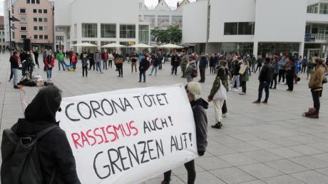 Auf dem Ulmer Münsterplatz demonstrierten linke Gruppen auch, um die Bühne nicht Rechtsextremen zu überlassen.
