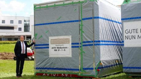 Die Container sind da: Mit solchen Modulen wird in den nächsten Wochen der Anbau für die Stiftungsklinik in Weißenhorn hochgezogen. Links im Bild: Stiftungsdirektor Marc Engelhard.