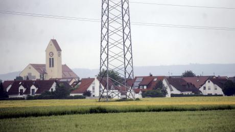 Im Schatten der Hochspannungsleitungen soll ein neues Baugebiet entstehen. Ein Gutachten erklärte jüngst die Unbedenklichkeit der Strahlung.
