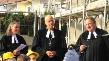Pfarrer Robert Pitschak (rechts) geht in den Ruhestand. Unser Bild zeigt ihn mit Dekan Jürgen Pommer und Pfarrerin Katja Baumann