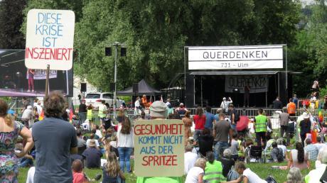 Demonstriert wurde am Samstag sowohl in der Friedrichsau als auch in der Ulmer Innenstadt. Während sich in der Au die Gegner der Corona-Schutzmaßnahmen versammelten, ging es auf dem Münsterplatz gegen Rassismus.