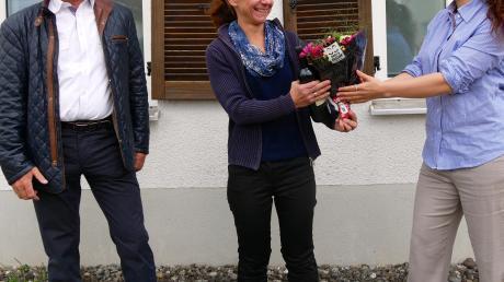 Projektmanagerin Freya Christina George (GP Joule/rechts) und der Vertriebsbeauftragte Eduard Freiheit feiern mit Ulrike Glogger den Abschluss des 101. Anschlussvertrages beim Holzheimer Fernwärmenetz.