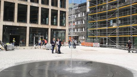 Das Wasserspiel auf dem Albert-Einstein-Platz inmitten der Sedelhöfe. Zur Probe lief am Mittwoch nur eine Düse, die das Wasser fünf Meter in die Höhe schießt. Weitere Düsen sind vorhanden, die verschiedene Effekte erzeugen können.