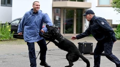 Hundeführer Dieter Lohr (rechts) und Schutzhund Gero zeigen, worauf sich renitente Bauarbeiter bei einer Zollkontrolle im Zweifel gefasst machen müssen.
