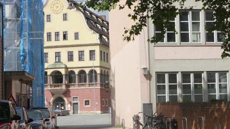 Die Mohrengasse führt vom Ulmer Rathaus und der Stadtbibliothek zum Weinhof mit dem Schwörhaus.
