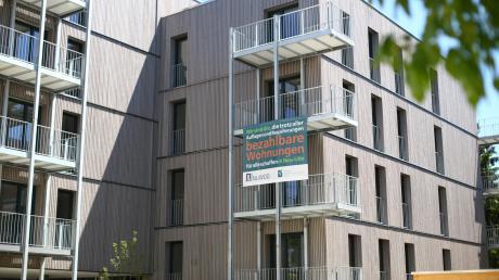 Das Bauvorhaben Münsterblick in Neu-Ulm ist fertig. Schon bald sollen Mieter dort einziehen. Neben frei finanzierten Wohnungen gibt es dort auch öffentlich geförderten Wohnraum. Jedes der Appartements hat einen Balkon.