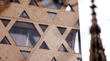 Stilisierte Davidsterne an der Fassade der Neuen Synagoge im Weinhof. Im Hintergrund ist der Turm des Ulmer Münsters zu sehen.