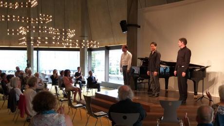 """Dieses Trio trumpfte auf mit Gustav Mahlers """"Lied von der Erde"""": Der Kapellmeister und Pianist Levente Török, der Bariton Dae-Hee Shin und der Tenor Markus Francke  (von links) brachten beim """"Zwischenspiel"""" den großen sinfonischen Liederzyklus auf die kleine Bühne."""