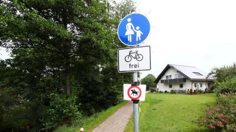 """Das """"Reiten verboten""""-Schild am Rothuferweg wurde übergangsweise von der Verwaltung angebracht, um Reiter darauf aufmerksam zu machen, dass der Weg für Pferde gesperrt ist. Mit der neuen Satzung gilt das dann offiziell."""