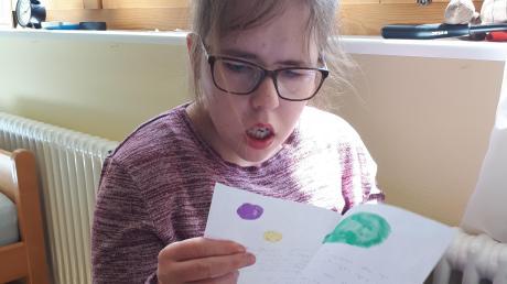 Mayella liest mit Interesse den Brief von Svea.