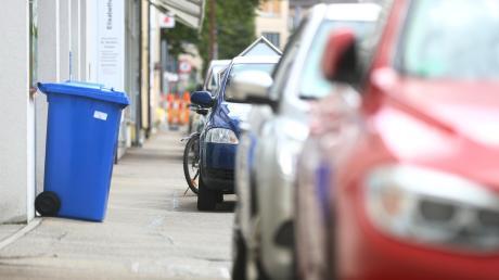 In manchen Straßenabschnitten in Ulm markiert die Stadtverwaltung Parkplätze auf dem Gehweg.