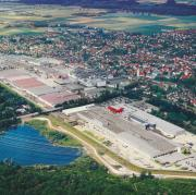 Wie dominant die Stellung der Firma Wieland in Vöhringen ist, zeigt allein bei dieser Luftaufnahme das Größenverhältnis der Stadt zum Werksgelände.