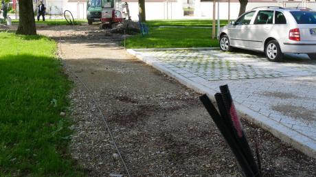 Die Leerrohre für die Ladestation für Elektrofahrzeuge sind am Dorfplatz von Holzheim bereits verlegt worden.