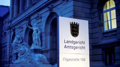 Ein 24-Jähriger ist vom Ulmer Landgericht unter anderem wegen einer Geiselnahme verurteilt worden.