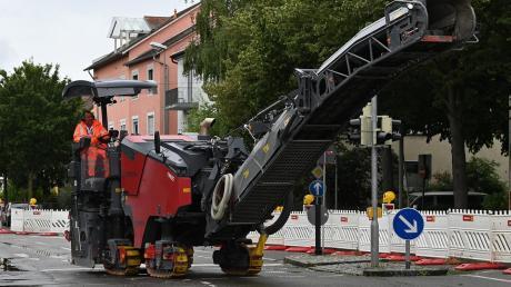 Der verschlissene Straßenaufbau wird ersetzt.
