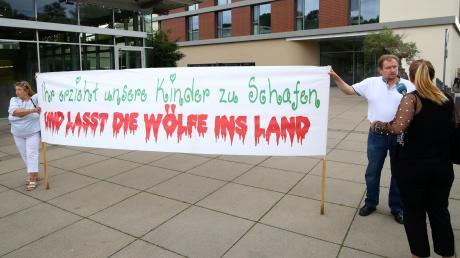Der über die Liste der AfD in den Ulmer Gemeinderat gewählte Markus Mössle (rechts) demonstrierte. Früher war Mössle ein bekennender Neonazi. Heute gibt er sich geläutert.