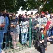 Mitarbeiter von Paragon Electroacoustic protestierten am Freitag gegen die geplante Schließung des Standorts Neu-Ulm.