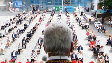 Ulms OB Gunter Czisch auf dem Balkon des Schwörhauses, beim Vortrag der traditionellen Schwörrede.