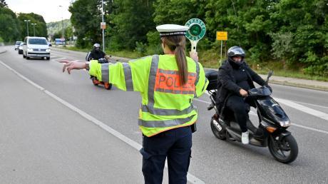 Die Polizei hielt am Sonntag mehrere Auto- und Motorradfahrer bei einer Verkehrskontrolle auf der B28 in Ulm an.