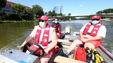 Eines der Boote der Wasserwacht Neu-Ulm fährt auf der Donau auf und ab, um wilde Nabader zu entdecken. Doch Martina Köhler, Matthias Scheidl und Nikolai Köhler (von links) entdecken am Montag keine.